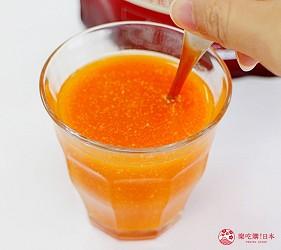 日本藥妝買膠原蛋白推薦ASTALIFT(艾詩緹)的「精純膠原蛋白」加入果菜汁試喝第二步,粉末漸漸溶解