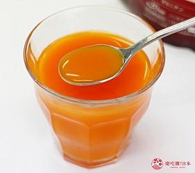 日本藥妝買膠原蛋白推薦ASTALIFT(艾詩緹)的「精純膠原蛋白」加入果菜汁試喝第三步,已經完全溶解