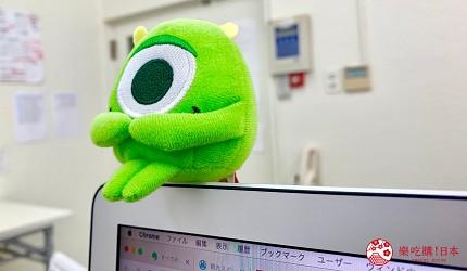 日本午後的紅茶瓶裝毛怪麥克・華斯基坐在電腦上