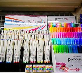 「シモジマ 下岛包装广场 浅草桥本店」贩售的水性签字笔、双头彩色笔