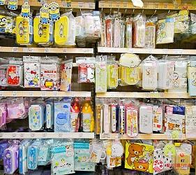 「シモジマ 下岛包装广场 浅草桥本店」贩售的多款卡通便当盒、餐具组