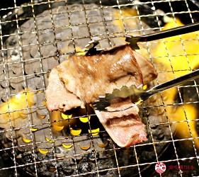 日本國產牛吃到飽推薦「燒肉風風亭」的名物大牛舌(名物大判牛タン)碎蔥蒜包起來吃