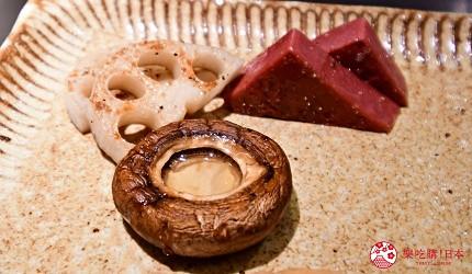 東京的神戶牛鐵板燒專門店「神戸牛すてーきIshida. 銀座本店」內的鐵板燒蔬菜一定會有的蘑菇跟紅蒟蒻