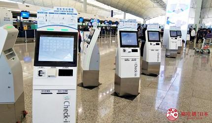 香港國際機場離境樓層B段航空櫃位內設有的智能登記櫃檯