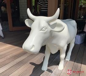 日本長野輕井澤一日遊「舊輕井澤銀座通」的「榆樹街小鎮」的「HARVEST NAGAI FARM」店門口的白色乳牛