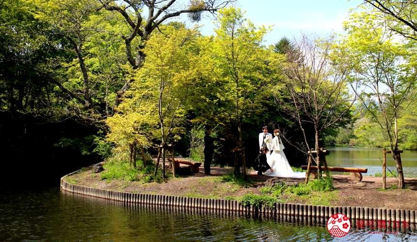 日本長野輕井澤一日遊必去人氣景點雲場池有人在拍結婚照