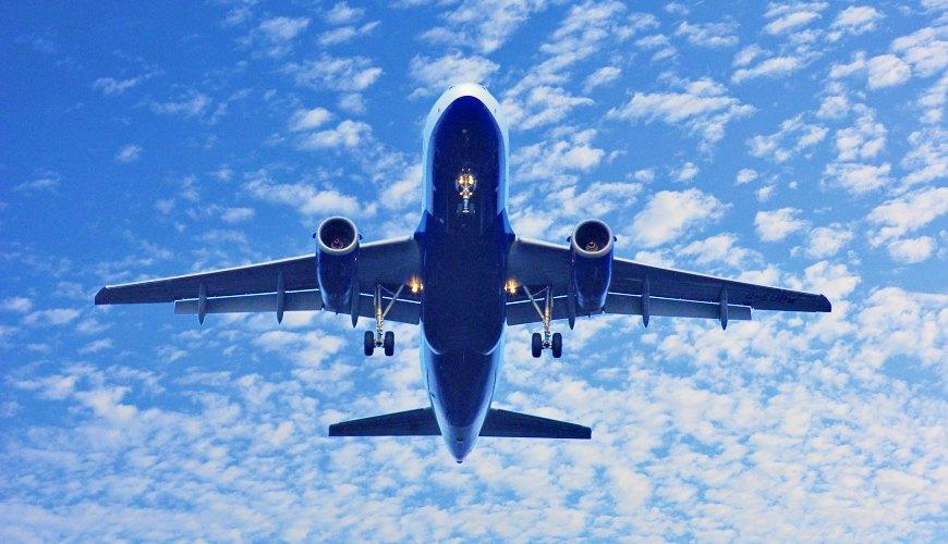 載著旅客前往東京旅遊的飛機在高空上傲翔