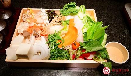 位於銀座地區,能一次吃遍日本三大和牛的和牛涮涮鍋「銀座しゃぶ輝」內提供的蔬菜拼盤