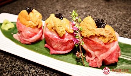 位於銀座地區,能一次吃遍日本三大和牛的和牛涮涮鍋店「銀座しゃぶ輝」內提供的開胃菜「海膽魚子霜降和牛壽司」