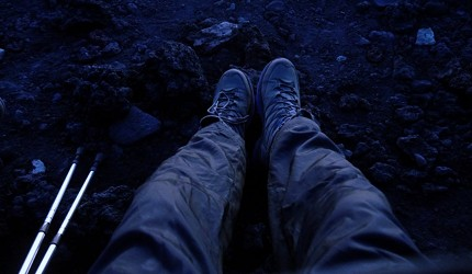 日本富士山上休息的男人雙腳