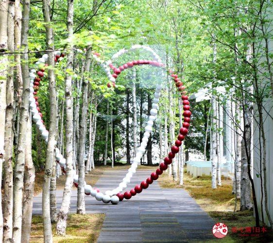 轻井泽一日游好玩景点推荐的「轻井泽新艺术博物馆」展出的作品「心灵之门」