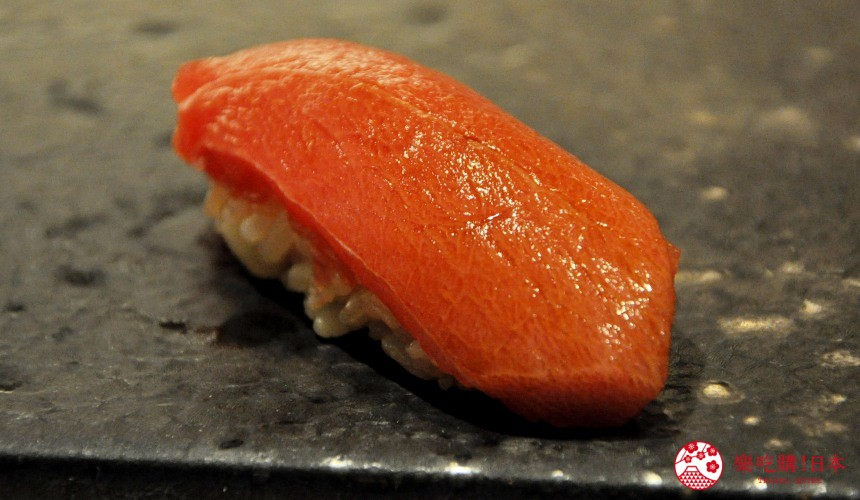 横滨高级寿司店必吃推荐「鮨 七海」的「お任せ握りコース」套餐的鲔鱼赤身寿司