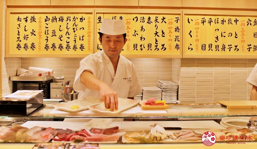 築地すし好店內的師傅現場制作壽司