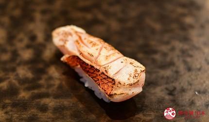 东京滨松町站高级寿司推荐「鮨 佐竹」的「极上おまかせ握りコース」套餐的金目鲷寿司