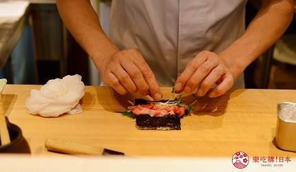 东京滨松町站高级寿司推荐「鮨 佐竹」的「极上おまかせ握りコース」套餐的鲔鱼中腹卷寿司制作中