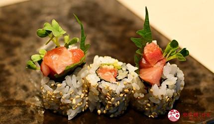 东京滨松町站高级寿司推荐「鮨 佐竹」的「极上おまかせ握りコース」套餐的鲔鱼中腹卷寿司