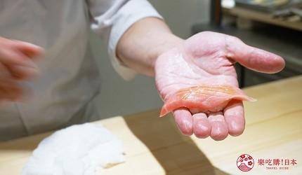東京上野必吃高級壽司店「すし尽誠」的「おまかせコース」的鮪魚大腹師傅剛握好的樣子