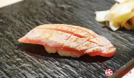 東京上野必吃高級壽司店「すし尽誠」的「おまかせコース」的炙燒鮪魚壽司