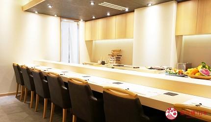東京上野必吃高級壽司店「すし尽誠」的店內吧檯座位