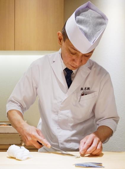 東京上野必吃高級壽司店「すし尽誠」的廚師製作料理的照片