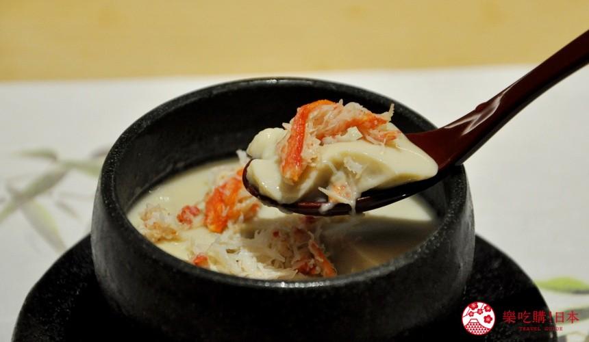 東京高質感壽司店推薦「赤坂 鮨葵」的「おまかせ握りコース」的冷製蟹黃豆腐(冷製かにみそ豆腐)