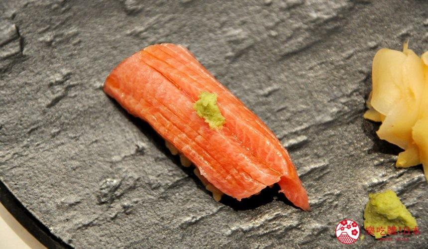 東京高質感壽司店推薦「赤坂 鮨葵」的「おまかせ握りコース」的鮪魚大腹