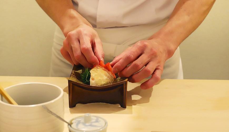 東京六本木必吃高級壽司「鮨 水月」的壽司師傅擺盤中