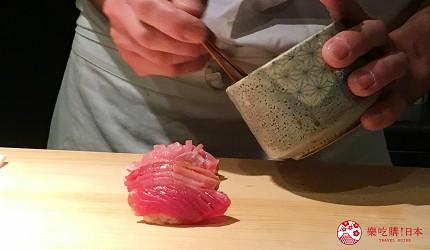 東京高級壽司店推薦「天鮨」的「特上無菜單握壽司+喝到飽套餐」(飲み放題付き、特上おまかせ握りコース)的本鮪魚與鮪魚肚刷上醬油