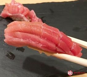 東京高級壽司店推薦「天鮨」的「特上無菜單握壽司+喝到飽套餐」(飲み放題付き、特上おまかせ握りコース)的鮪魚中腹