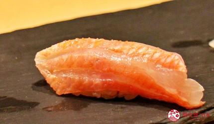 東京高級壽司店推薦「天鮨」的「特上無菜單握壽司+喝到飽套餐」(飲み放題付き、特上おまかせ握りコース)的金目鯛壽司