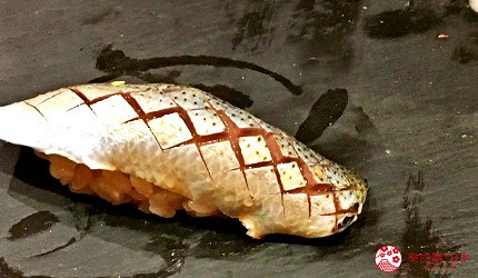 東京高級壽司店推薦「天鮨」的「特上無菜單握壽司+喝到飽套餐」(飲み放題付き、特上おまかせ握りコース)的幼鰶魚壽司