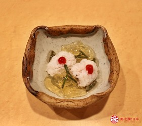 東京高級壽司店推薦「天鮨」的「特上無菜單握壽司+喝到飽套餐」(飲み放題付き、特上おまかせ握りコース)的鱧魚蓴菜凍