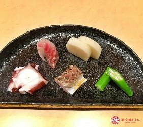 東京高級壽司店推薦「天鮨」的「特上無菜單握壽司+喝到飽套餐」(飲み放題付き、特上おまかせ握りコース)的海鮮迷你拼盤