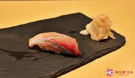 東京高級壽司店推薦「天鮨」的「特上無菜單握壽司+喝到飽套餐」(飲み放題付き、特上おまかせ握りコース)的稚鰤魚壽司