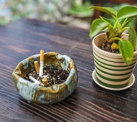 日本餐廳吸煙區座位上都會放的煙灰缸