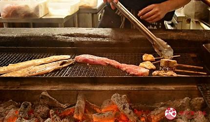 东京秋叶原美食烤鱼干干物专卖店越后屋平次工作人员用备长炭烤鱼