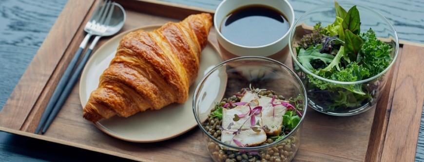 日本交通方便的翻新酒店DDD HOTEL內的cafe有供應早餐