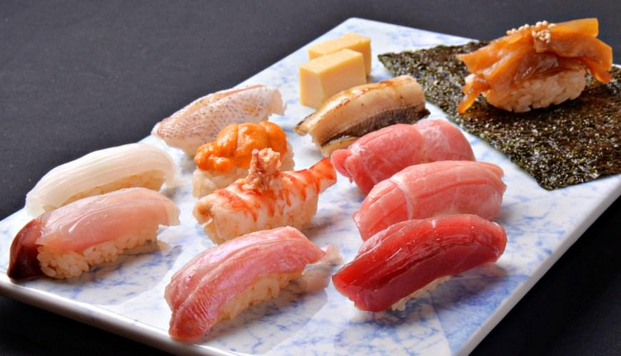 東京高級壽司必吃「天鮨」!鮮甜明蝦、濃郁海膽、黑鮪魚三吃,新橋站只要3分鐘!