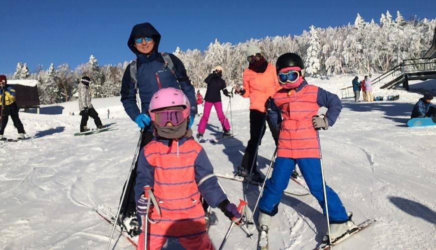 東京近郊的長野龍王滑學公園內的小孩玩得開心