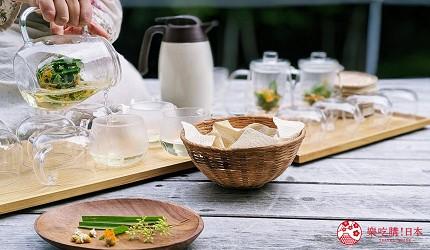 長野池田町住宿推薦民宿「八壽惠莊」的戶外平台喝香草茶
