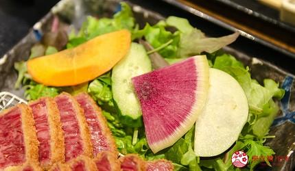 新宿必吃炸牛排专门店推荐「牛かつあおな」的炸牛排铁板定食套餐(牛カツ&鉄板コンボ定食)套餐的牛排近照