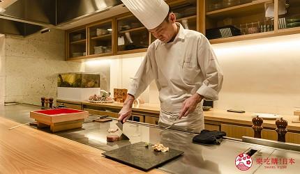 东京银座和牛铁板烧「しろや银座亭」店内主厨制作料理中