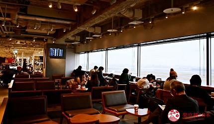 日本自由行shopping购物吃饭食饭玩乐设施都有的羽田机场的休息空间the hanadahouse的餐厅推荐推介可以看见飞机升降的星巴克 STARBUCKS的座位区可以看到飞机跑道