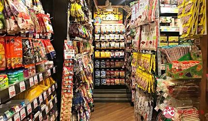 日本自由行shopping购物吃饭食饭玩乐设施都有的羽田机场的休息空间the hanadahouse的新奇体验与可爱杂货的TOKYO POP TOWN 内Don Quijote唐吉诃德分店SORA DONKI的店舖内放零食的位置