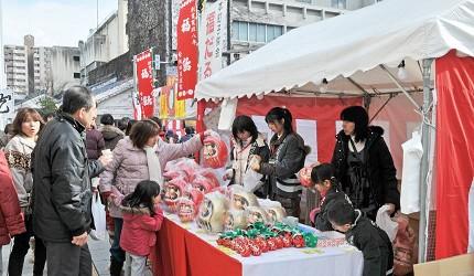 日本冬天自由行最好玩祭典松本冬日节的松本糖果市的祭典上儿童们开摊贩卖福达摩