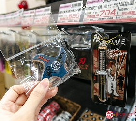 「シモジマ 下岛包装广场 浅草桥本店」贩售的忍者主题商品手里剑造型磁铁