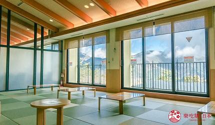 日本親子景點推薦推介箱根穿泳衣也能泡的合家歡溫泉水上樂園箱根小涌園 Yunessun的免費休憩室可望到外面景觀